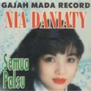 Album Antara Hujan Dan Cinta from Nia Daniaty