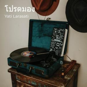 Album โปรดมอง from YATI LARASATI